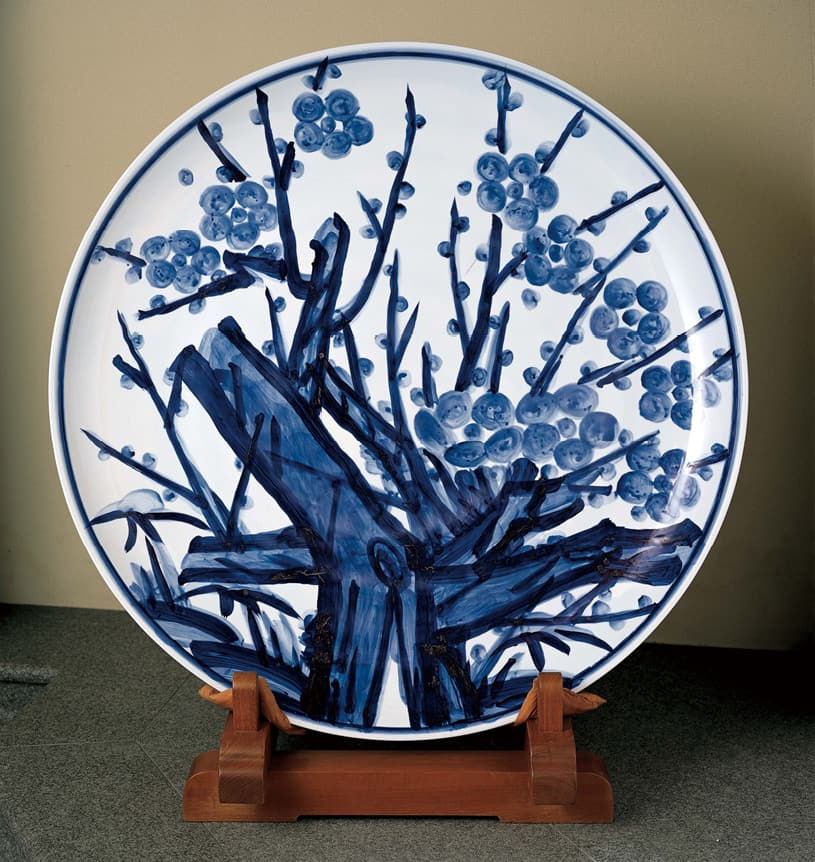 photoBig plate with plum tree in blue-on-white by Yuzo Kondo (1975)