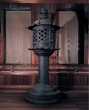 photoIron lantern by Yorijiro Tsuji (Important Cultural Property)