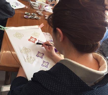 写真3名以上の予約制で、絹織物に染めや金彩体験のワークショップを開催