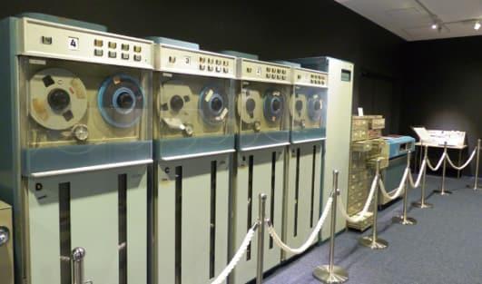 写真昭和42年に導入された大型電子計算機「TOSBAC-3400」